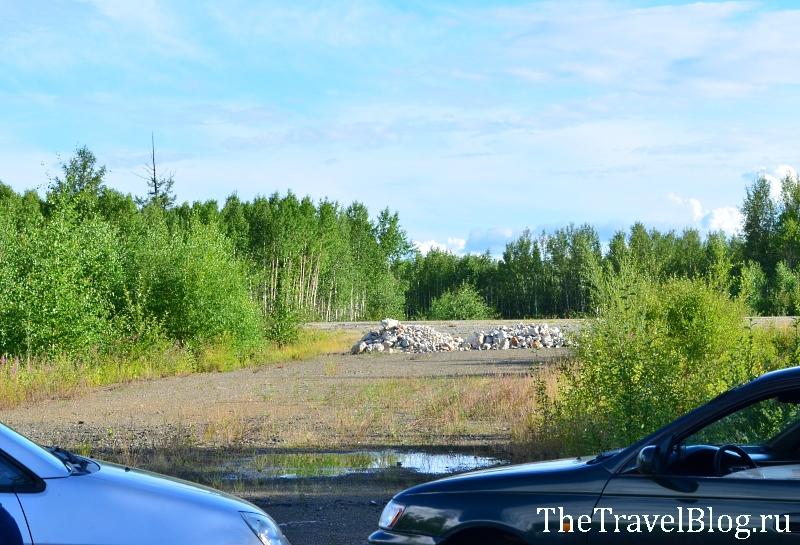А вот так были положены камешки. И от трассы недалеко, и изолированно (не видно с дороги), и удобно...
