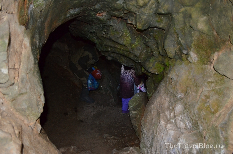 крутой спуск в Лисье пещере
