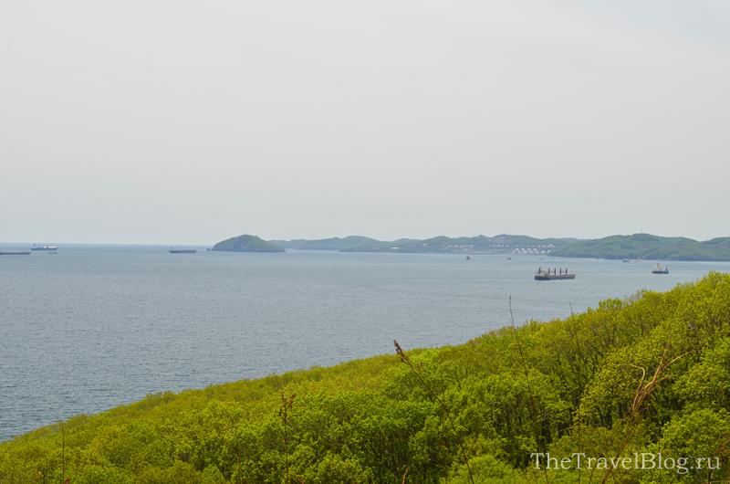 море, корабль и деревья