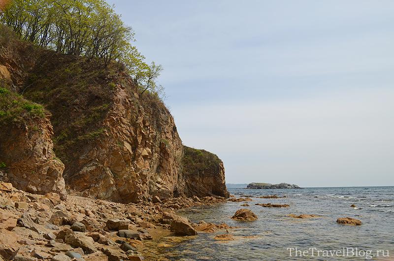 красивый вид на скалы, море и остров