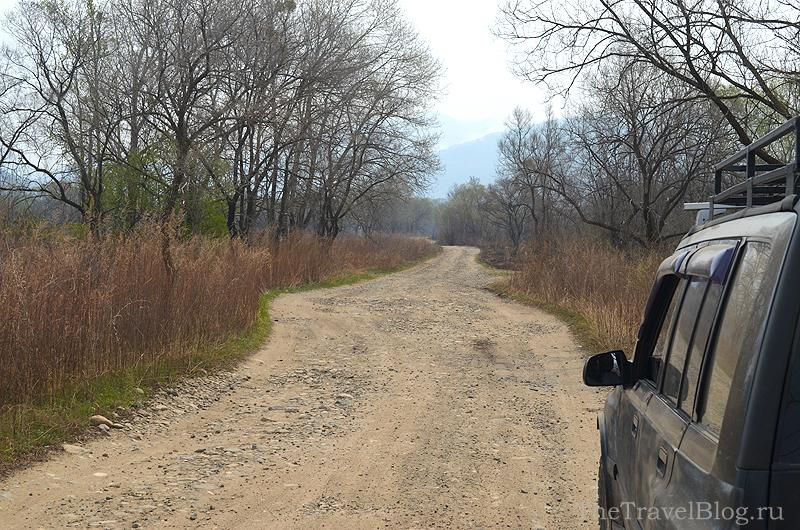 Грунтовая дорога и машина