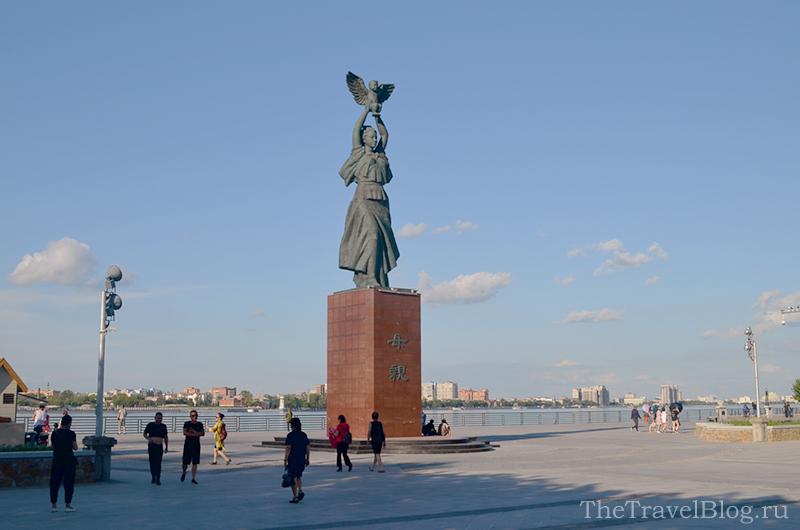 памятник с женщиной