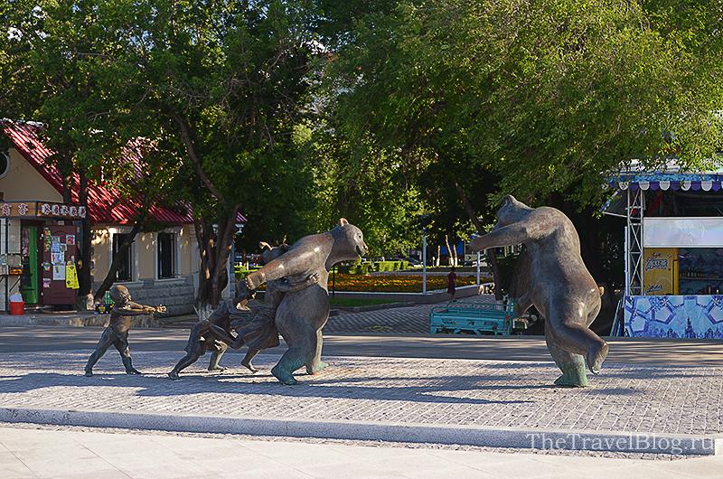 памятник с медведями