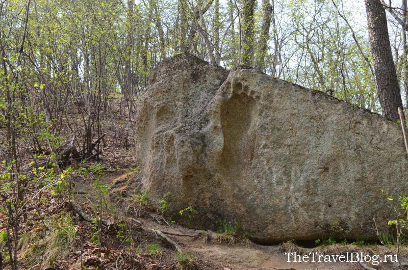 камень с отпечатком ноги человека