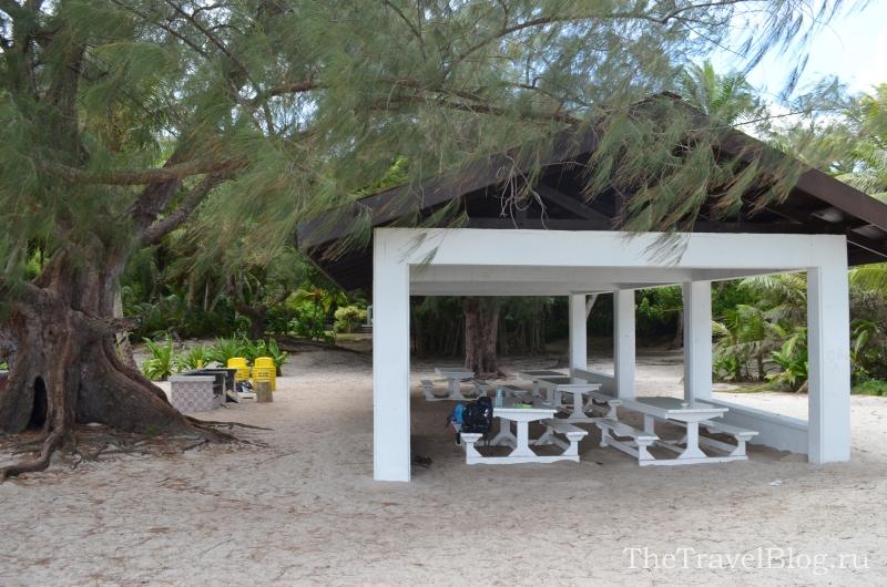 Домики для отдыха, стоят столики, мангалы (можно сделать барбекю), урны.