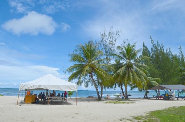 Вот в таких беседках на берегу (эти находятся рядом с гостиницей Фиеста), можно взять трансфер на остров Манагаха