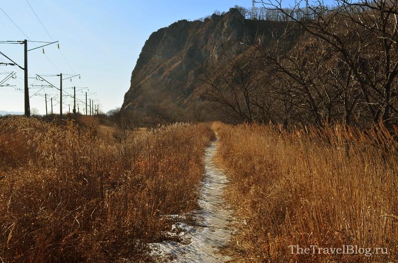 Вот тропа к Пещере Географического Общества. Слева - ЖД, справа ниже прудик.